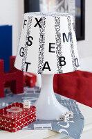 Bildnr.: 11276794<br/><b>Feature: 11276785 - Buchstaben-Salat</b><br/>Mit Buchstaben dekorieren<br />living4media / Taube, Franziska