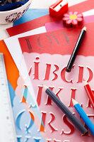 Bildnr.: 11276804<br/><b>Feature: 11276785 - Buchstaben-Salat</b><br/>Mit Buchstaben dekorieren<br />living4media / Taube, Franziska