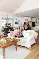 Bildno.: 11282270<br/><b>Feature: 11282243 - Home for Christmas</b><br/>Christmas decorating Swedish style<br />living4media / IBL Bildbyra AB / Angelica, S&#246;derberg