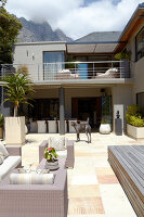 Bildno.: 11294684<br/><b>Feature: 11294679 - Return to Glamour</b><br/>From drab to glamorous in Camps Bay<br />living4media / Great Stock!