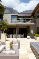 Bildno.: 11294714<br/><b>Feature: 11294679 - Return to Glamour</b><br/>From drab to glamorous in Camps Bay<br />living4media / Great Stock!