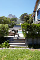 Bildno.: 11294718<br/><b>Feature: 11294679 - Return to Glamour</b><br/>From drab to glamorous in Camps Bay<br />living4media / Great Stock!