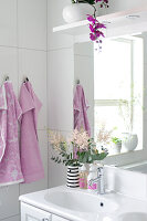 Bildno.: 11304466<br/><b>Feature: 11304464 - Blooming Bath</b><br/>Flowers in the bathroom add charm and flourish in the warm damp atmosphere<br />living4media / M&#246;ller, Cecilia