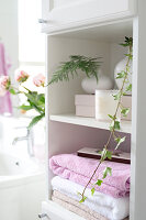 Bildno.: 11304496<br/><b>Feature: 11304464 - Blooming Bath</b><br/>Flowers in the bathroom add charm and flourish in the warm damp atmosphere<br />living4media / M&#246;ller, Cecilia