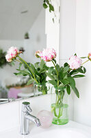 Bildno.: 11304498<br/><b>Feature: 11304464 - Blooming Bath</b><br/>Flowers in the bathroom add charm and flourish in the warm damp atmosphere<br />living4media / M&#246;ller, Cecilia