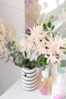 Bildno.: 11304500<br/><b>Feature: 11304464 - Blooming Bath</b><br/>Flowers in the bathroom add charm and flourish in the warm damp atmosphere<br />living4media / M&#246;ller, Cecilia