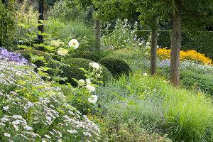 Bildnr.: 11306146<br/><b>Feature: 11306129 - Die feine englische Art</b><br/>Traumgarten im Englischen Stil, Belgien<br />living4media / Herwig, Modeste