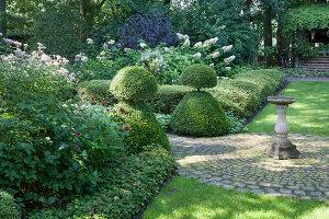 Bildnr.: 11306166<br/><b>Feature: 11306129 - Die feine englische Art</b><br/>Traumgarten im Englischen Stil, Belgien<br />living4media / Herwig, Modeste