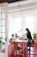 Bildnr.: 11313948<br/><b>Feature: 11313928 - Buntes Familienleben</b><br/>Fr&#246;hliches Haus im Seebad von Den Haag<br />living4media / Klazinga, Jansje