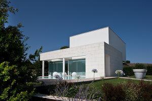 Bildnr.: 11321706<br/><b>Feature: 11321705 - Ein architektonischer W&#252;rfel</b><br/>Selbstdesigntes Haus mit ausgedehntem Aussenbereich f&#252;r die Freizeit, Italien<br />living4media / Rizzi, Laura