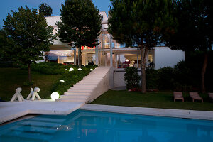 Bildnr.: 11321726<br/><b>Feature: 11321705 - Ein architektonischer W&#252;rfel</b><br/>Selbstdesigntes Haus mit ausgedehntem Aussenbereich f&#252;r die Freizeit, Italien<br />living4media / Rizzi, Laura