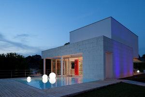 Bildnr.: 11321728<br/><b>Feature: 11321705 - Ein architektonischer W&#252;rfel</b><br/>Selbstdesigntes Haus mit ausgedehntem Aussenbereich f&#252;r die Freizeit, Italien<br />living4media / Rizzi, Laura