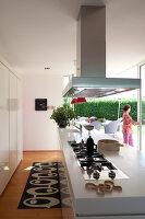 Bildnr.: 11321740<br/><b>Feature: 11321705 - Ein architektonischer W&#252;rfel</b><br/>Selbstdesigntes Haus mit ausgedehntem Aussenbereich f&#252;r die Freizeit, Italien<br />living4media / Rizzi, Laura