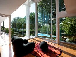 Bildnr.: 11321750<br/><b>Feature: 11321705 - Ein architektonischer W&#252;rfel</b><br/>Selbstdesigntes Haus mit ausgedehntem Aussenbereich f&#252;r die Freizeit, Italien<br />living4media / Rizzi, Laura