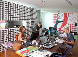 Bildnr.: 11321754<br/><b>Feature: 11321705 - Ein architektonischer W&#252;rfel</b><br/>Selbstdesigntes Haus mit ausgedehntem Aussenbereich f&#252;r die Freizeit, Italien<br />living4media / Rizzi, Laura