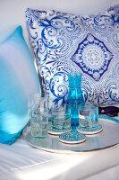 Bildnr.: 11321778<br/><b>Feature: 11321775 - Wei&#223;-blauer Sommer</b><br/>Indigoblaue Textilien und Porzellan in mediterraner Kulisse<br />living4media / Heinze, Winfried