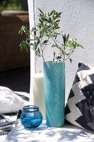 Bildnr.: 11321788<br/><b>Feature: 11321775 - Wei&#223;-blauer Sommer</b><br/>Indigoblaue Textilien und Porzellan in mediterraner Kulisse<br />living4media / Heinze, Winfried
