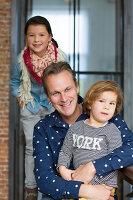 Bildnr.: 11323106<br/><b>Feature: 11323095 - Auf demTeppich bleiben!</b><br/>Die Kelim-Teppiche dieser charismatischen Familie sind selbst importiert, NL<br />living4media / de Kleermaeker, Anouk