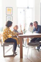 Bildnr.: 11323110<br/><b>Feature: 11323095 - Auf demTeppich bleiben!</b><br/>Die Kelim-Teppiche dieser charismatischen Familie sind selbst importiert, NL<br />living4media / de Kleermaeker, Anouk