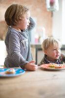 Bildnr.: 11323120<br/><b>Feature: 11323095 - Auf demTeppich bleiben!</b><br/>Die Kelim-Teppiche dieser charismatischen Familie sind selbst importiert, NL<br />living4media / de Kleermaeker, Anouk