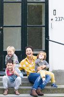 Bildnr.: 11323124<br/><b>Feature: 11323095 - Auf demTeppich bleiben!</b><br/>Die Kelim-Teppiche dieser charismatischen Familie sind selbst importiert, NL<br />living4media / de Kleermaeker, Anouk