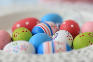 Bildno.: 11330222<br/><b>Feature: 11330203 - Welcoming the Easter Bunny</b><br/>Decorate for the Easter holidays using coloured eggs and miniature rabbits<br />living4media / Laing, Ruth