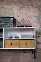 Bildnr.: 11345958<br/><b>Feature: 11345942 - 70er-Jahre Sideboard</b><br/>Upcycling-Projekt mit einem alten Sideboard, das zum Hingucker wird<br />living4media / L&#246;scher, Sabine