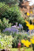Bildno.: 11346664<br/><b>Feature: 11346627 - The Sculpture Garden</b><br/>Romantic garden in the Saurland, Germany<br />living4media / Pietrek, Sibylle