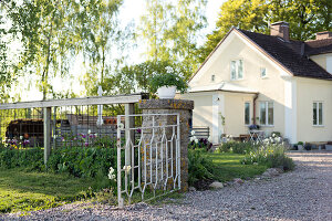 Bildno.: 11349312<br/><b>Feature: 11349267 - Swedish Spring</b><br/>A lush garden in Sweden<br />living4media / M&#246;ller, Cecilia