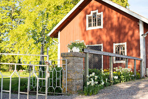 Bildno.: 11349320<br/><b>Feature: 11349267 - Swedish Spring</b><br/>A lush garden in Sweden<br />living4media / M&#246;ller, Cecilia