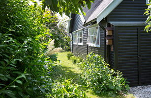 Bildno.: 11351232<br/><b>Feature: 11351209 - Summer Oasis</b><br/>A Danish house made of recycled material<br />living4media / Lene-K