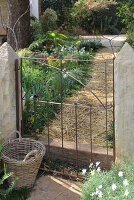 Bildno.: 11353830<br/><b>Feature: 11353802 - Divide and Conquer</b><br/>How to deal with gates and fences in your garden<br />living4media / Great Stock!