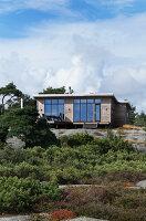 Bildnr.: 11358140<br/><b>Feature: 11358121 - Strandcottage</b><br/>Anne hat ihr kleines Haus in klassisch maritimen Stil eingerichtet, Norwegen<br />living4media / Annette &amp; Christian