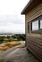 Bildnr.: 11358144<br/><b>Feature: 11358121 - Strandcottage</b><br/>Anne hat ihr kleines Haus in klassisch maritimen Stil eingerichtet, Norwegen<br />living4media / Annette &amp; Christian