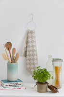 Bildno.: 11363006<br/><b>Feature: 11363002 - Get the Hang of It</b><br/>Great DIY ideas for using dry-cleaner&#39;s hangers<br />living4media / de Kleermaeker, Anouk