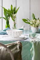 Bildno.: 11370644<br/><b>Feature: 11370640 - In the Month of May</b><br/>Decorating with lily of the valley arrangements<br />living4media / Nordstrom, Annette