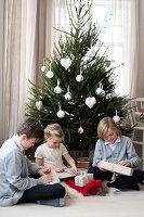 Bildnr.: 11370712<br/><b>Feature: 11370683 - Behagliches Weihnachtsfest</b><br/>Wei&#223;e Weihnachten im Kreis der Familie auf schwedische Art<br />living4media / M&#246;ller, Cecilia