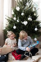 Bildnr.: 11370714<br/><b>Feature: 11370683 - Behagliches Weihnachtsfest</b><br/>Wei&#223;e Weihnachten im Kreis der Familie auf schwedische Art<br />living4media / M&#246;ller, Cecilia