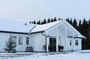 Bildnr.: 11370732<br/><b>Feature: 11370683 - Behagliches Weihnachtsfest</b><br/>Wei&#223;e Weihnachten im Kreis der Familie auf schwedische Art<br />living4media / M&#246;ller, Cecilia