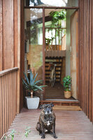 Bildnr.: 11373334<br/><b>Feature: 11373326 - Nat&#252;rlicher Charme</b><br/>Die Retro-Liebhaberin Sass lebt in einem Haus aus kalifornischem Holz<br />living4media / Jeffcott, Natalie