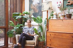 Bildnr.: 11373348<br/><b>Feature: 11373326 - Nat&#252;rlicher Charme</b><br/>Die Retro-Liebhaberin Sass lebt in einem Haus aus kalifornischem Holz<br />living4media / Jeffcott, Natalie
