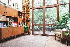 Bildnr.: 11373354<br/><b>Feature: 11373326 - Nat&#252;rlicher Charme</b><br/>Die Retro-Liebhaberin Sass lebt in einem Haus aus kalifornischem Holz<br />living4media / Jeffcott, Natalie