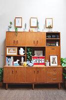 Bildnr.: 11373360<br/><b>Feature: 11373326 - Nat&#252;rlicher Charme</b><br/>Die Retro-Liebhaberin Sass lebt in einem Haus aus kalifornischem Holz<br />living4media / Jeffcott, Natalie