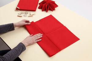 Bildno.: 11374414<br/><b>Feature: 11374412 - Napkin Stars</b><br/>Step by step instructions for folding a napkin into a star<br />living4media / R&#252;ggeberg, Thordis