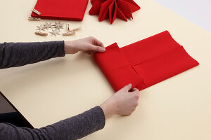 Bildno.: 11374416<br/><b>Feature: 11374412 - Napkin Stars</b><br/>Step by step instructions for folding a napkin into a star<br />living4media / R&#252;ggeberg, Thordis