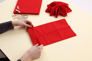 Bildno.: 11374420<br/><b>Feature: 11374412 - Napkin Stars</b><br/>Step by step instructions for folding a napkin into a star<br />living4media / R&#252;ggeberg, Thordis