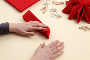 Bildno.: 11374426<br/><b>Feature: 11374412 - Napkin Stars</b><br/>Step by step instructions for folding a napkin into a star<br />living4media / R&#252;ggeberg, Thordis