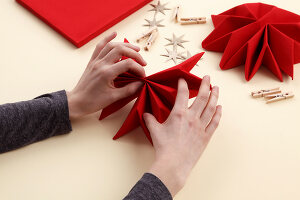 Bildno.: 11374430<br/><b>Feature: 11374412 - Napkin Stars</b><br/>Step by step instructions for folding a napkin into a star<br />living4media / R&#252;ggeberg, Thordis