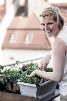Bildno.: 11374530<br/><b>Feature: 11374522 - City Gardening</b><br/>All you need is a balcony and a few pots to grow your favourite foods<br />living4media / Eising Studio - Food Photo &amp; Video