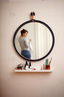 Bildno.: 11374914<br/><b>Feature: 11374913 - Nautical DIY Mirror</b><br/>Pep up a tired old mirror with a new frame made of rope<br />living4media / A. Kapischke &amp; I. Liebmann